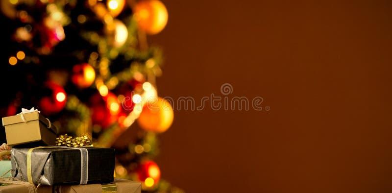 Zusammengesetztes Bild von den Weihnachtsdekorationen, die an der Wand hängen lizenzfreies stockfoto