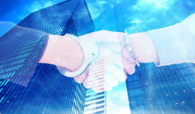 Zusammengesetztes Bild von Geschäftsleuten in den Handschellen, die Hände rütteln stockfotos