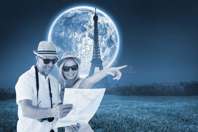 Zusammengesetztes Bild von glücklichen touristischen Paaren unter Verwendung der Karte und des Zeigens stockfotografie