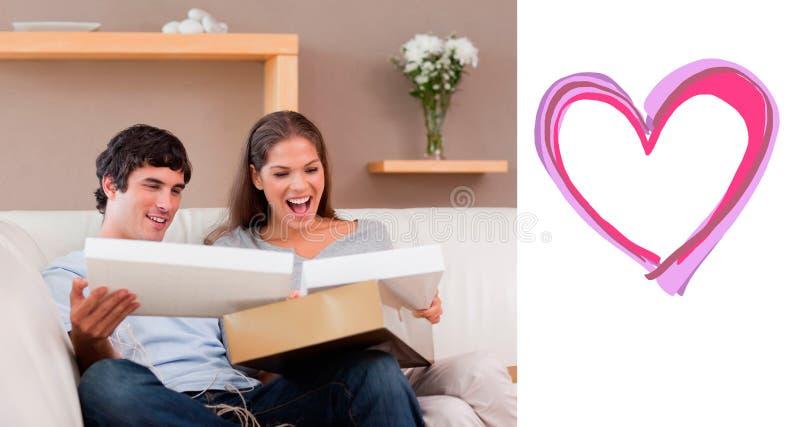 Zusammengesetztes Bild von Paaren auf dem Couchöffnungspaket stock abbildung
