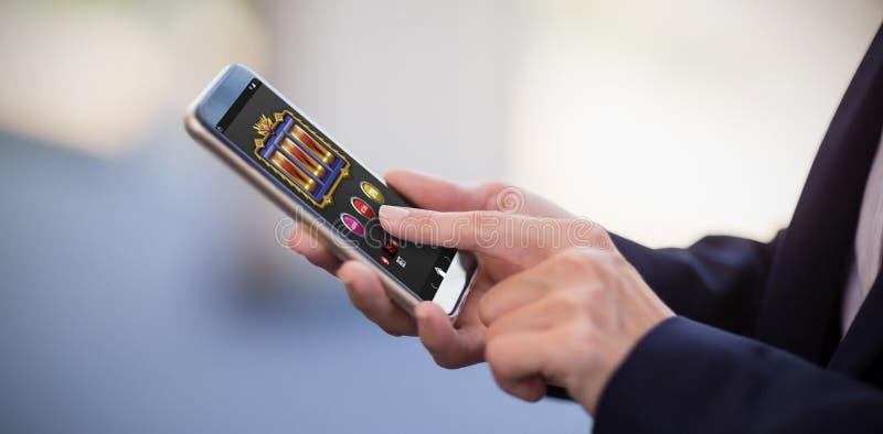 Zusammengesetztes Bild von Spielautomat-APP auf beweglicher Anzeige stockfotos