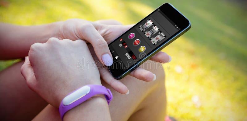 Zusammengesetztes Bild von Spielautomat-APP mit Text auf mobilem Schirm stockfotografie