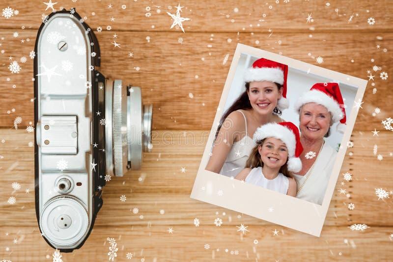 Zusammengesetztes Bild von Tochter-, Mutter- und Großmutterbackenweihnachtsbonbons stockfoto