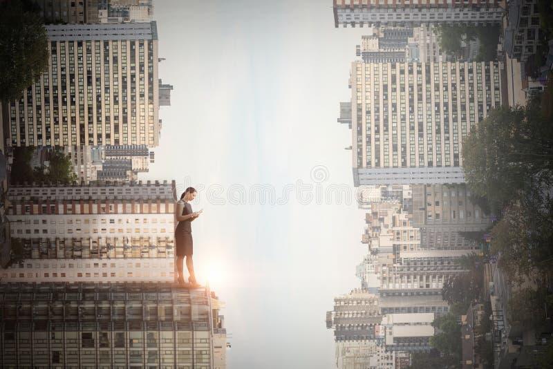 Zusammengesetztes Bild von in voller Länge der Geschäftsfrau, die Handy verwendet stockfotos