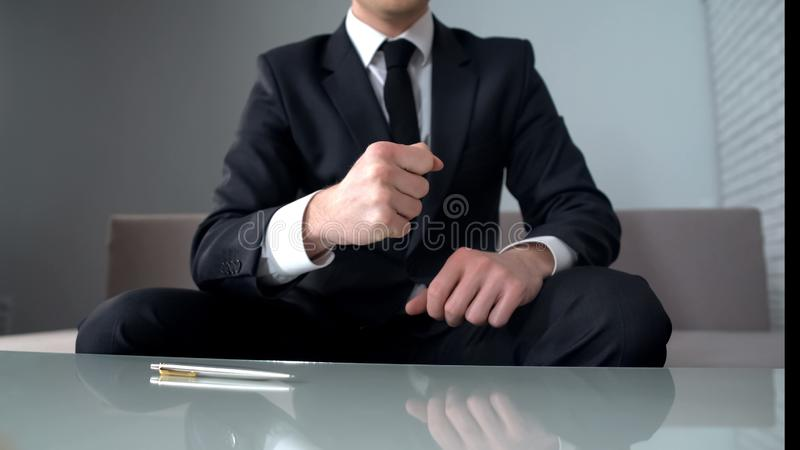 Zusammenpressende Fäuste des motivierten Geschäftsmannes, überzeugt hinsichtlich des erfolgreichen Starts, Sieger stockfoto
