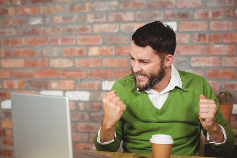 Zusammenpressende Faust des aufgeregten Geschäftsmannes im Büro lizenzfreies stockbild