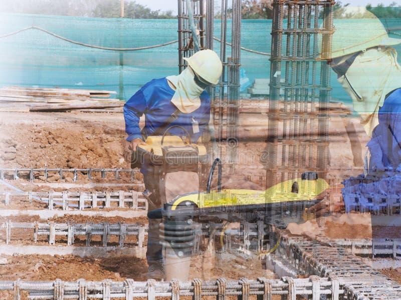 Zusammenpressender Boden des Bauarbeiters stockfoto