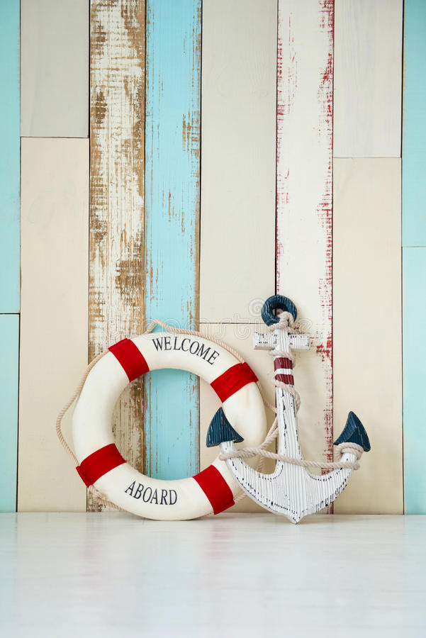 Zusammensetzung auf dem Marinethema mit Anker und Rettungsleine auf hölzernem Hintergrund stockbild
