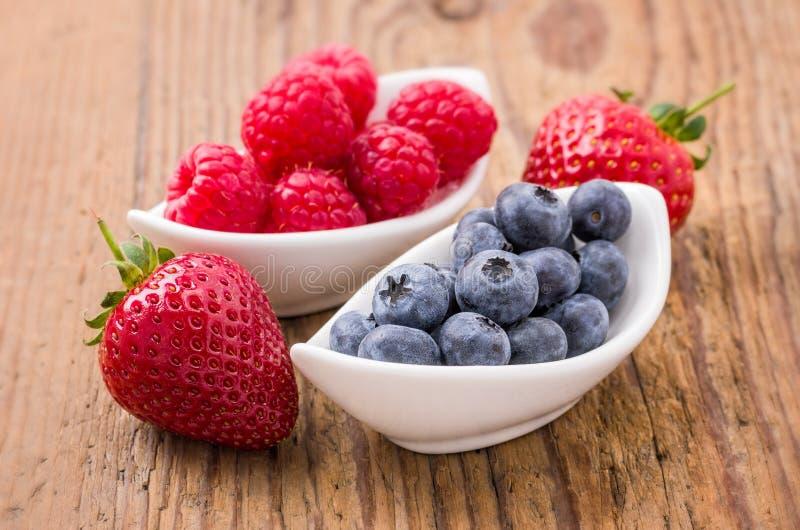 Frische Blaubeerhimbeeren und -erdbeeren stockbild
