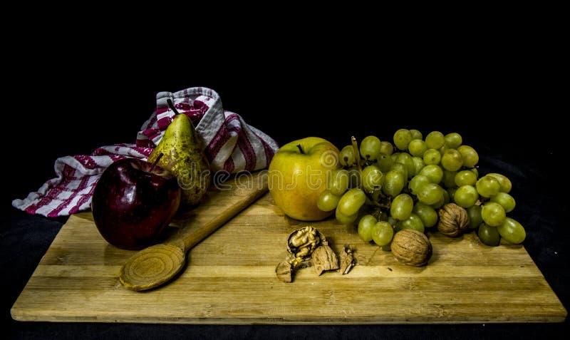 Zusammensetzung der Frucht mit Birnenapfel-Traubennüssen lizenzfreie stockfotos