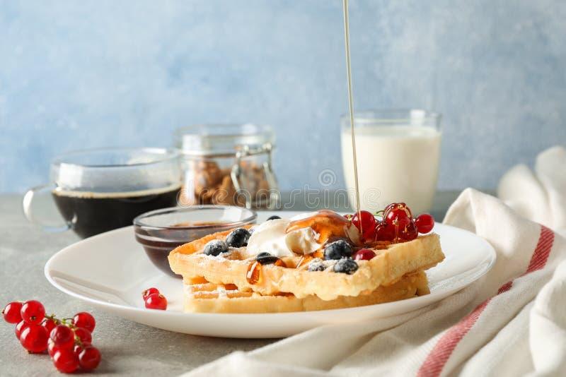 Zusammensetzung des Frühstücks mit belgischen Waffeln stockbild
