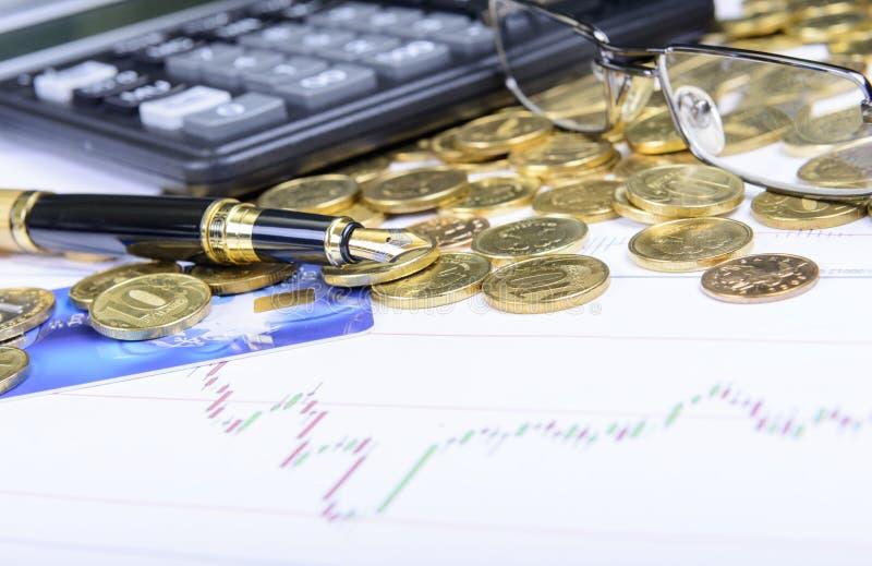 Zusammensetzung des Geldes, der Gläser, des Taschenrechners und der Finanzdiagramme stockbild