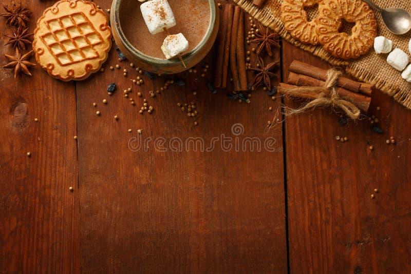 Zusammensetzung des Kakaos mit Eibisch, Keksplätzchen, anisetre lizenzfreies stockbild