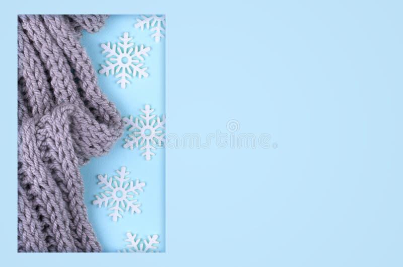 Zusammensetzung des neuen Jahres mit Wollschal und -schnee Weihnachtskonzepthintergrund Flache Lage, Draufsicht des festlichen St stockfoto
