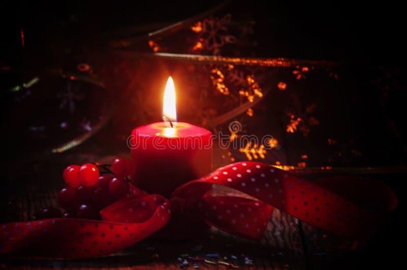 Zusammensetzung des neuen Jahres oder des Weihnachten mit roter brennender Kerze, ribbo stockfoto