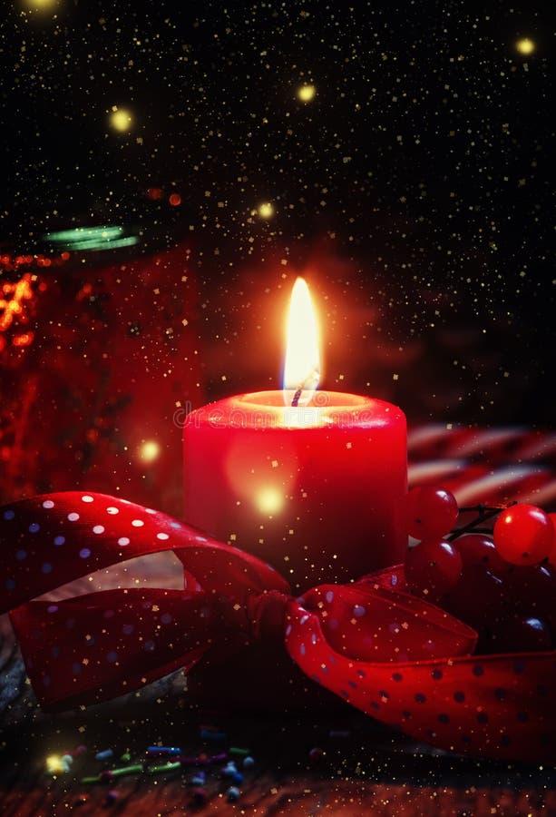 Zusammensetzung des neuen Jahres oder des Weihnachten mit roter brennender Kerze, ribbo lizenzfreies stockbild