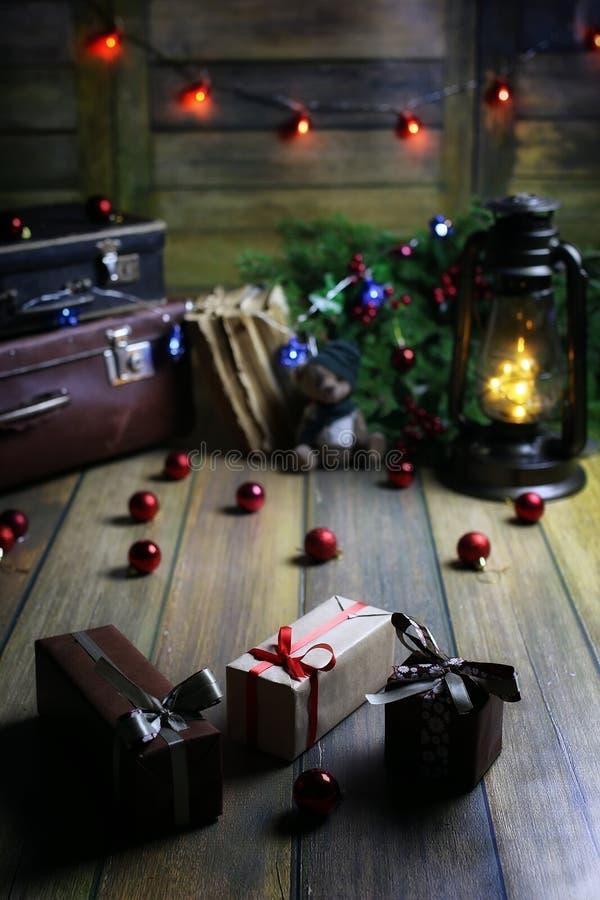 Zusammensetzung des neuen Jahres von Niederlassungen von Weihnachtsbäumen verzierte wi lizenzfreie stockfotos