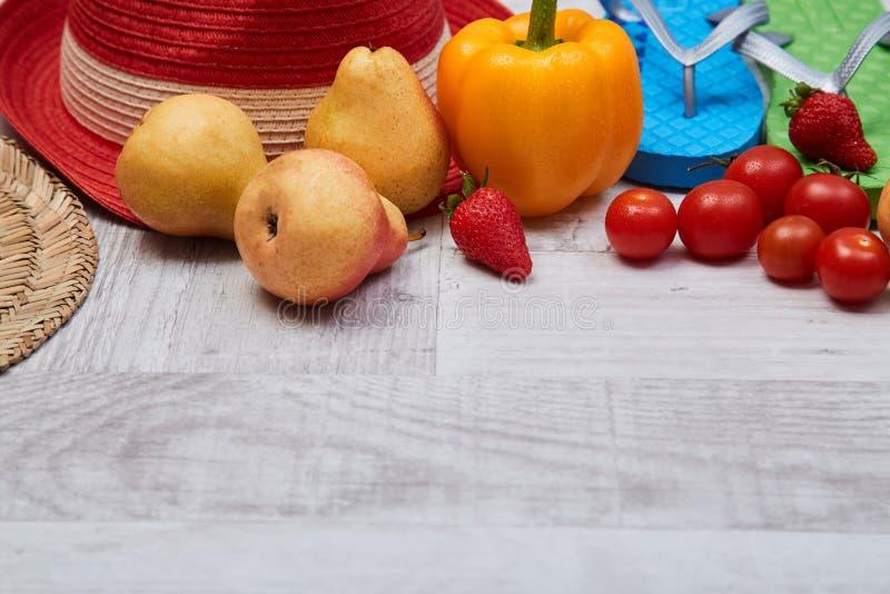 Zusammensetzung des Saisongemüses und der Früchte neben Sommerzusätzen Nahrungsmittelbloggendes Konzept stockfoto