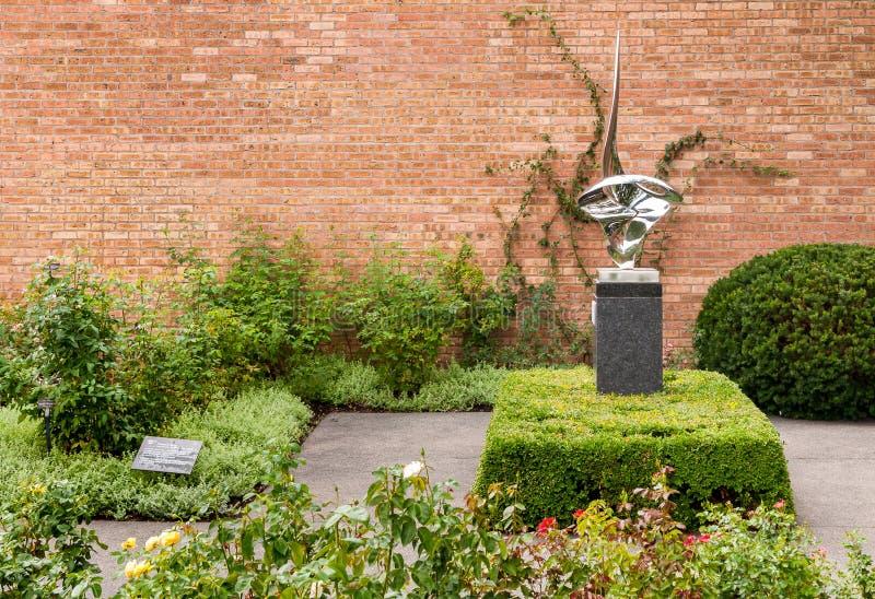 Zusammensetzung im Edelstahl hergestellt im Jahre 1985 von Gidon Graetz im botanischen Garten Chicagos, Glencoe, USA lizenzfreies stockfoto