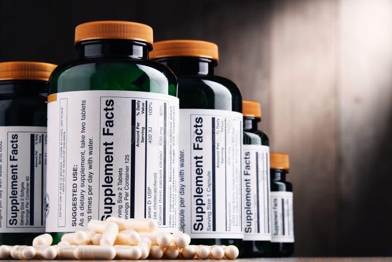 Zusammensetzung mit Behältern der diätetischen Ergänzung Drogenpillen lizenzfreies stockfoto