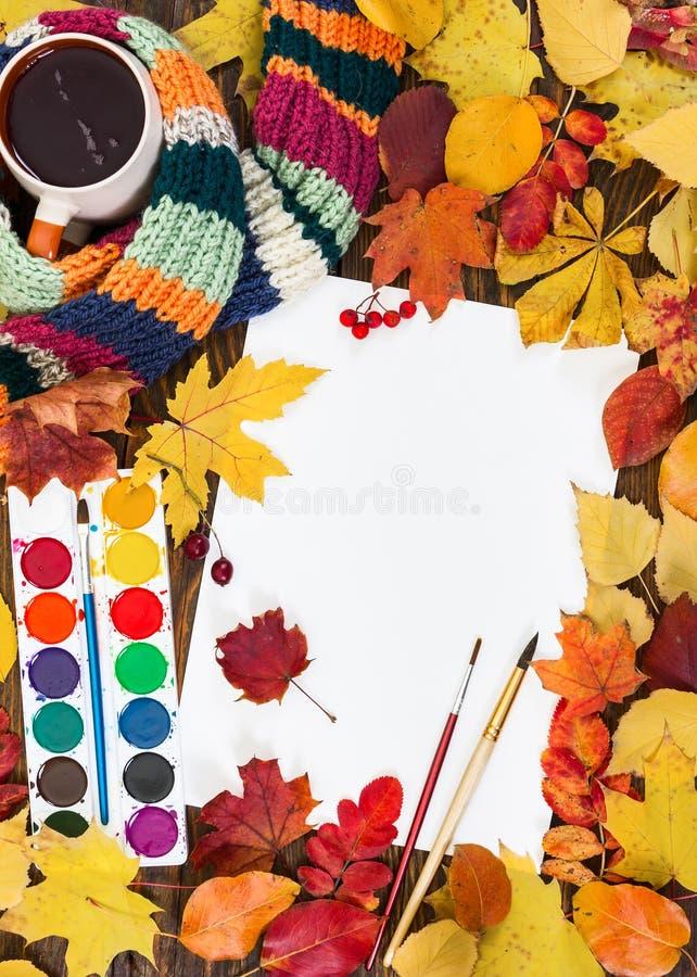 Zusammensetzung mit Blatt des Weißbuches, der Farben, der Bürsten und des autum vektor abbildung