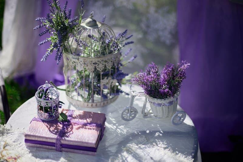 Zusammensetzung mit Buch und schönen Frühlingsblumen lizenzfreie stockbilder