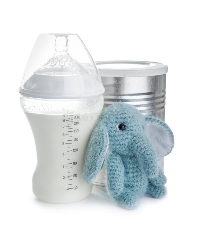 Zusammensetzung mit Flasche Milch für Baby auf weißem Hintergrund stockfotos