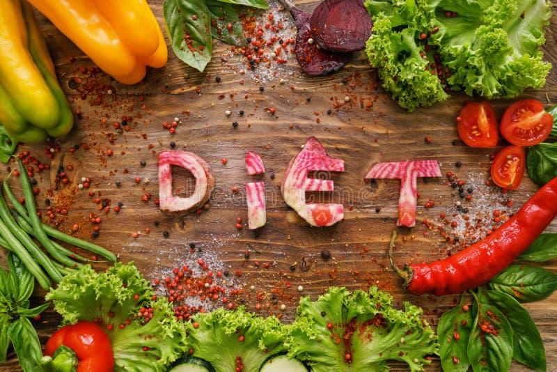Zusammensetzung mit gesunden Produkten und Wort DIÄT auf hölzernem Hintergrund lizenzfreie stockbilder