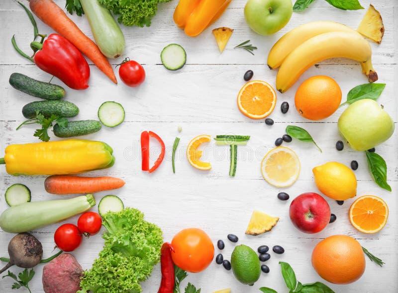 Zusammensetzung mit gesunden Produkten und Wort DIÄT auf hellem hölzernem Hintergrund stockbild