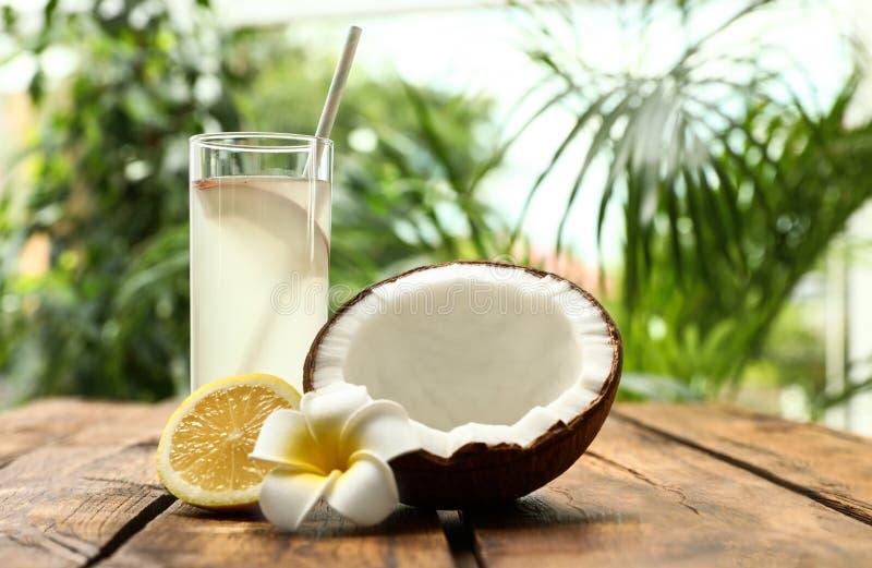 Zusammensetzung mit Glas des Kokosnusswassers und -zitrone lizenzfreies stockbild