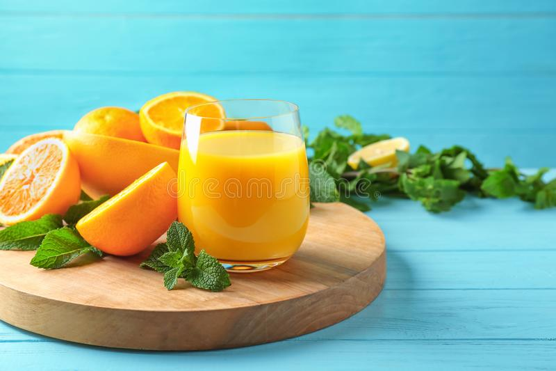 Zusammensetzung mit Glas frischem Saft und Zitrusfrüchten stockfoto