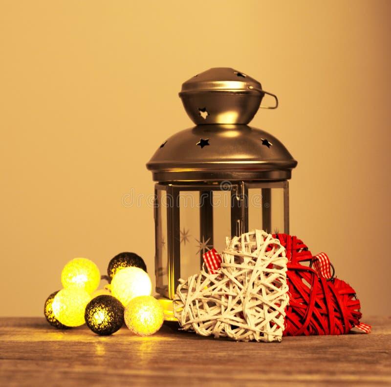 Zusammensetzung mit grauer dekorativer Laterne des Zinns auf hölzernem Hintergrund stockfoto