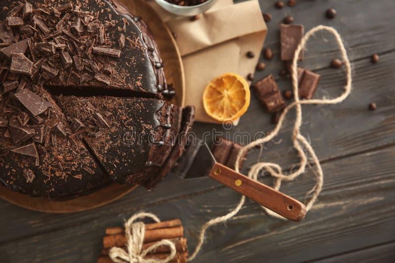 Zusammensetzung mit köstlichem Schokoladenkuchen auf Holztisch stockbilder