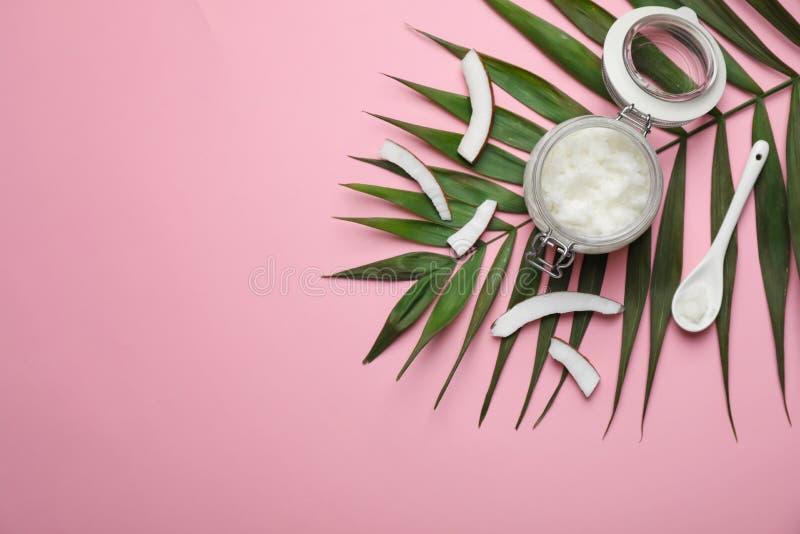 Zusammensetzung mit Kokosnussöl auf Farbhintergrund Gesundes Kochen stockbilder