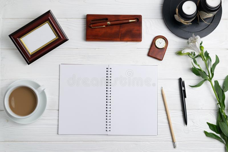 Zusammensetzung mit Notizbuchstiftbleistift-Kaffeeblumen der Büroausbildung stationären stockfotografie