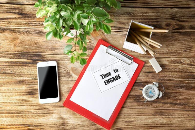 Zusammensetzung mit Phrase ` Zeit, sich das ` zu engagieren geschrieben in Notizbuch lizenzfreie stockfotografie