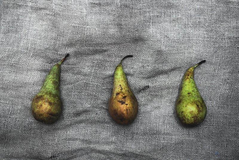 Zusammensetzung mit reifen Birnen auf einem grauen Hintergrund lizenzfreie stockbilder