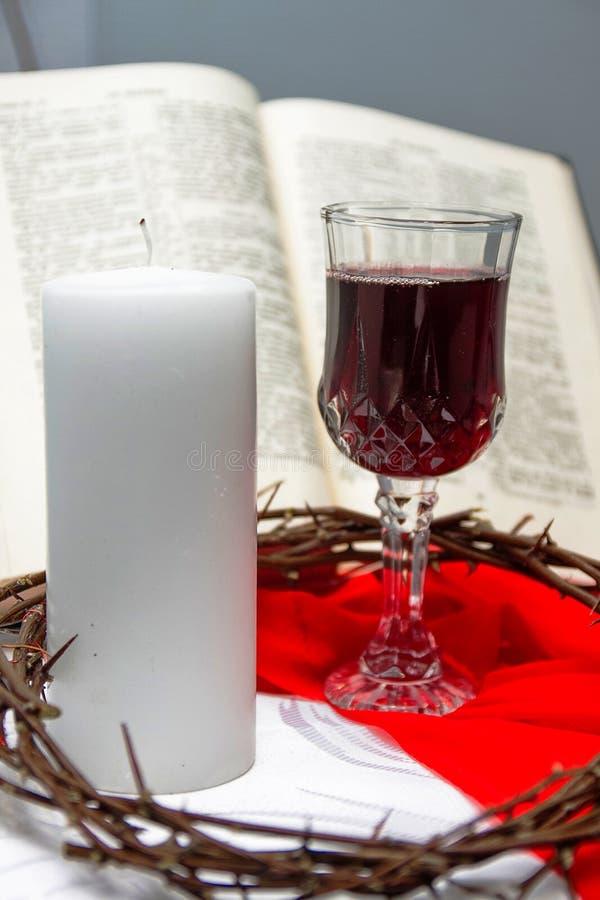 Zusammensetzung mit Rotwein in den Gläsern stockbilder