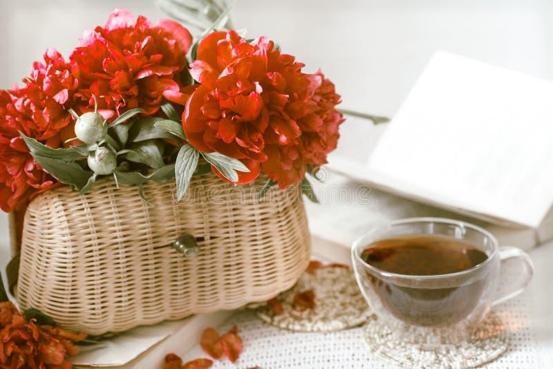 Zusammensetzung mit schönen frischen Blumen stockbild