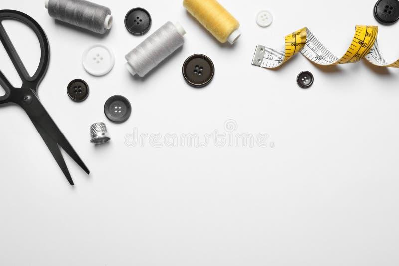 Zusammensetzung mit Scheren und anderen nähenden Zusätzen auf weißem Hintergrund, lizenzfreie stockbilder