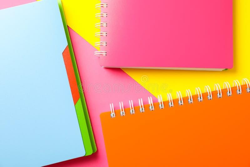 Zusammensetzung mit Schreibheften auf dem Hintergrund mit zwei Tönen stockbild