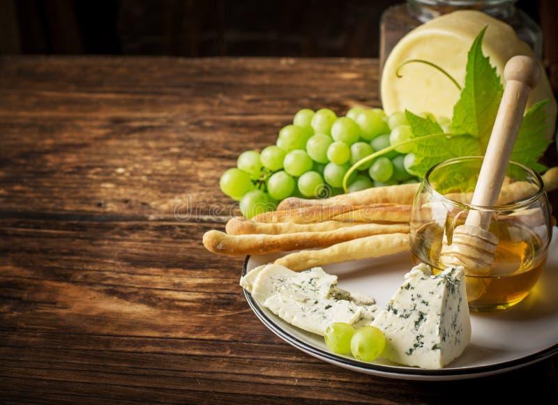 Zusammensetzung mit Traube, Käse und Honig lizenzfreies stockbild