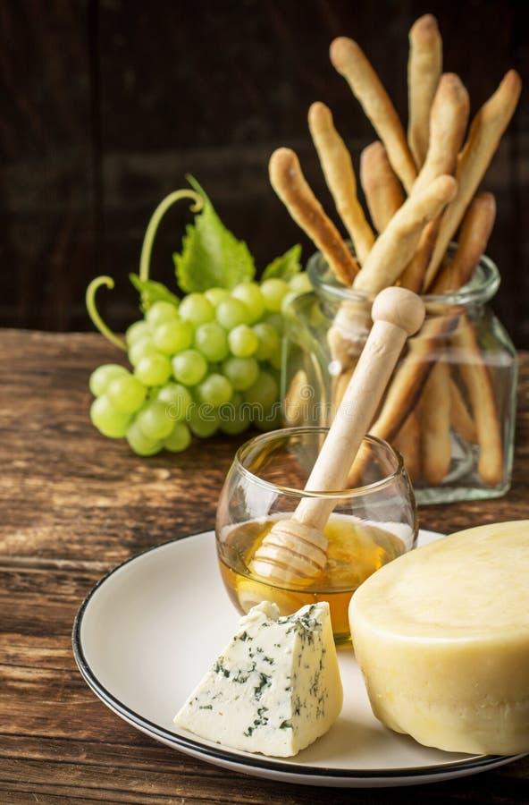 Zusammensetzung mit Traube, Käse und Honig lizenzfreies stockfoto