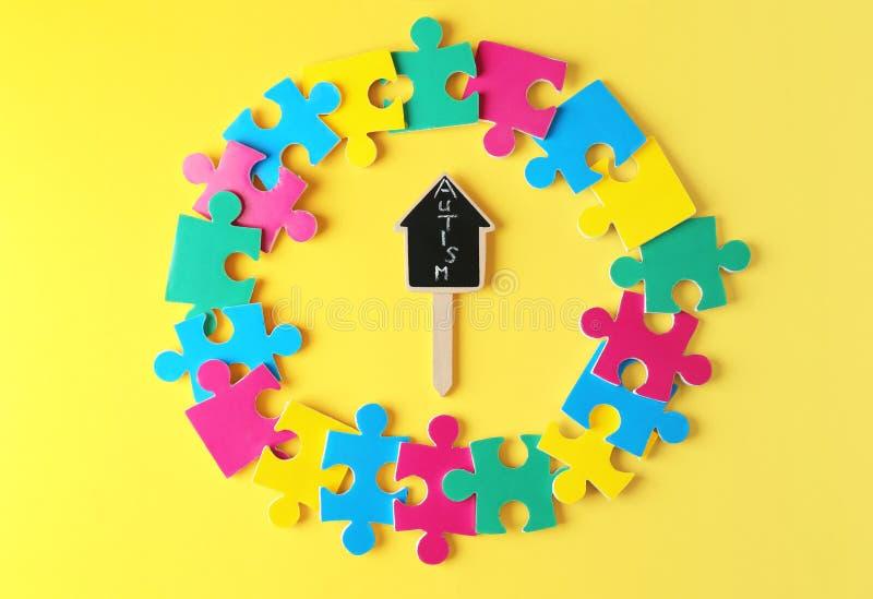 Zusammensetzung mit unterschiedlichen Puzzlespielen und Wort AUTISMUS lizenzfreies stockbild