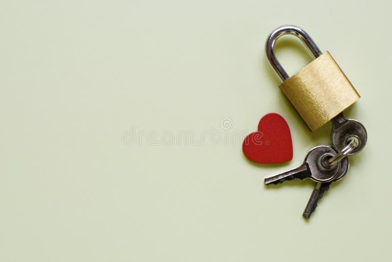 Zusammensetzung mit Verschluss, Schlüssel und Herzen auf sehr hellgrünem Hintergrund lizenzfreies stockfoto