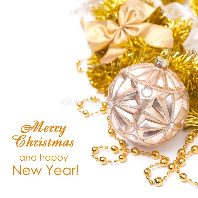 Zusammensetzung mit Weihnachtsball in den goldenen Tönen, lokalisiert auf whi stockfotos