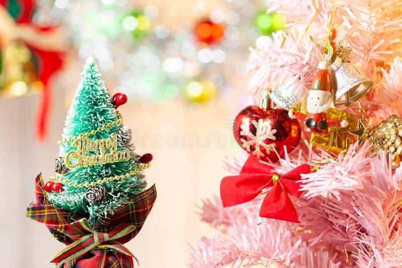 Zusammensetzung mit Weihnachtsdekorations-Tannenbaum auf wei?em Hintergrund lizenzfreie stockbilder