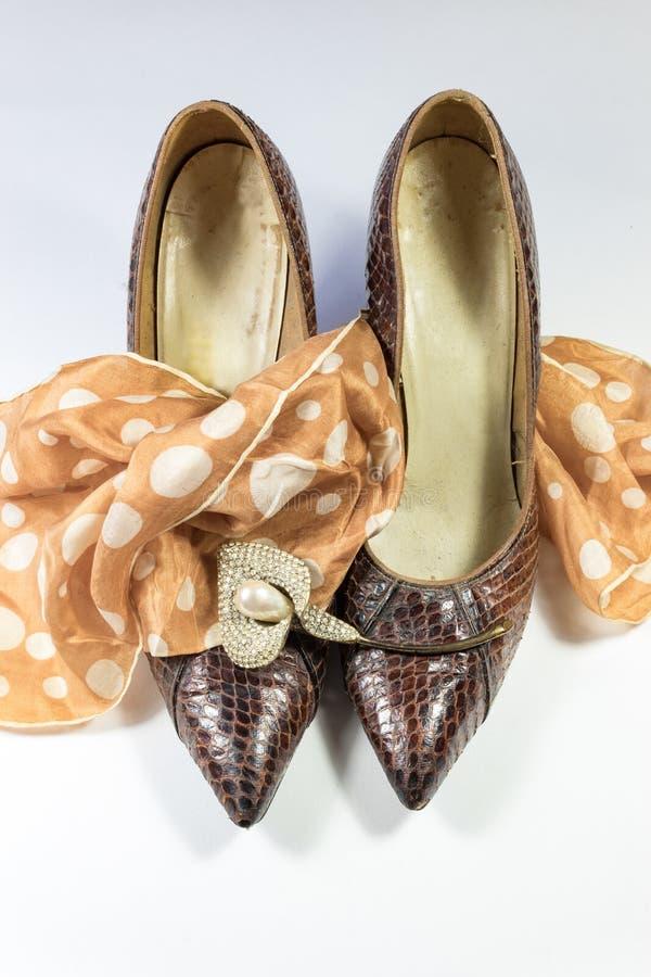 Zusammensetzung mit Weinlesefrauen ` s snakeskin Schuhen, Tupfenschal und Bergkristall Callalilienbrosche auf Whit lizenzfreie stockfotografie