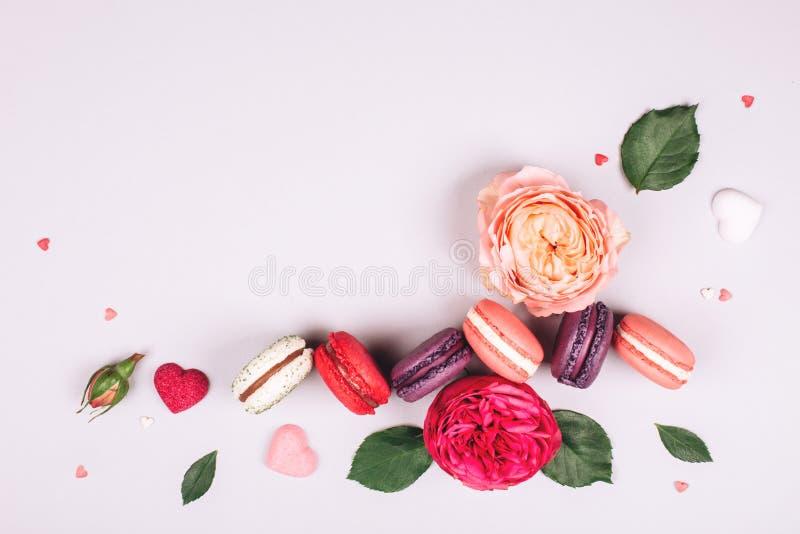 Zusammensetzung von macarons und von Blumen stockfoto