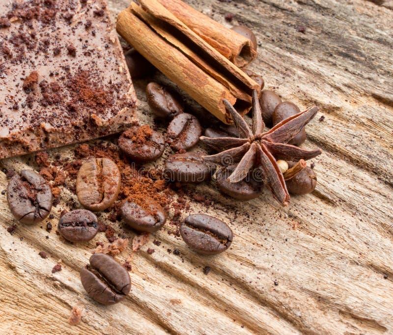 Zusammensetzung von Schokoladenbonbons, von Kakao, von Gewürzen und von Kaffeebohne lizenzfreie stockfotos